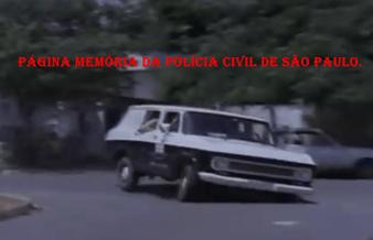 Flagrante de uma viatura de marca Chevrolet- Veraneio, fazendo um curva em alta velocidade, no final da década de 70.
