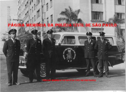 """Viatura Chevrolet GM Amazona (sem o """"s"""" no final),TR- R.2 da RONE- Ronda Especial Noturna, da 6ª Divisão Policial, década de 1960), com guarnição da extinta Guarda Civil da Polícia do Estado de São Paulo. À partir da esquerda, Ladeira, Abraham Ferreira Lima (falecido em 1976), Caramuru, Milton e Oliveira."""