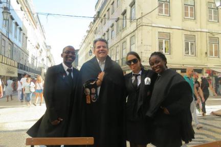 Delegado de Policia Mário Leite De Barros Filho (atual Diretor da ACADEPOL), sendo homenageado por estudantes da Faculdade de Direito de Lisboa, em 2.012. — em Faculdade de Direito da Universidade de Lisboa.