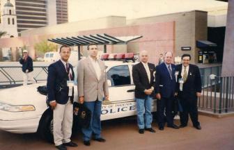 Festa no Deserto- Reunião Mundial dos Chefes de Polícia, em Phoenix- Arizona, no anos de 1.996. À partir da esquerda, Delegada Celi Paulino Carlota; Policial do Arizona; Delegadas Iraci Medeiros Teixeira e (?).
