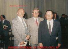 Dependências do DETRAN. À partir da esquerda, o reporter da Rádio Jovem Pan Eduardo Ladeira, o Delegado Cyro Vidal Soares da Silva e o Deputado Delfin Neto, na década de 80.