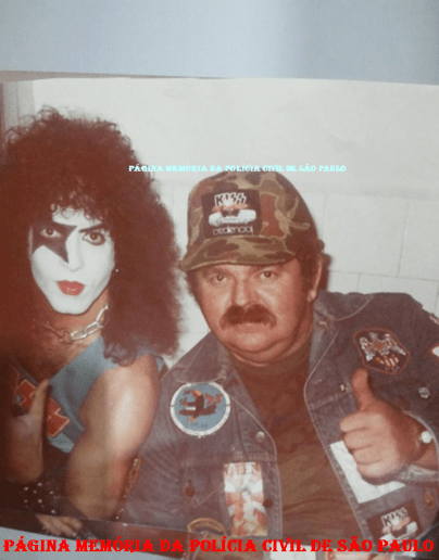 """O saudoso Investigador Octacílio Gimael Pereira """"Bebê Johnson ou Cilão"""" ao lado de um dos integrantes do Grupo Kiss, em tournê na cidade de São Paulo, em 1.982. (Acervo da Investigadora Valdelice DoSim)."""