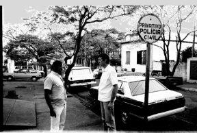 Abril de 1989 em frente a Delegacia de Assis, os Investigadores Dias e Ivo do SIG (Serviço de Investigações Gerais).