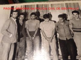 Delegado Djahy Tucci Junior, quando Investigador, com arrombadores de residências presos em Bragança Paulista, em 1.972. https://www.facebook.com/MemoriaDaPoliciaCivilDoEstadoDeSaoPaulo/photos/a.657894647666443.1073741890.282332015222710/1170890786366824/?type=3&theater