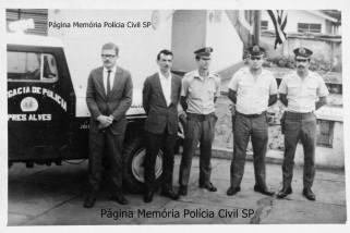 Viatura Jeep da Delegacia de Polícia de Presidente Alves/SP, com o Delegado Luís Augusto, Escrivão João Capósçule, Soldado da Força Pública Manuel Bento Ferreira (hoje Investigador aposentado) e mais dois integrantes da FP, em 1968.