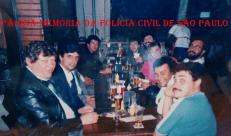 """Policiais do DHPP, em meados da década de 80. A partir da esquerda Delegados Samofalov e Dr Domingos; Escrivães Alex e Edson; Investigadores Malacrida e (X); Escrivão Ronaldo Lopes """"Pantera""""; Delegado Carlinhos e Investigador Mário Sergio. https://www.facebook.com/MemoriaDaPoliciaCivilDoEstadoDeSaoPaulo/photos/a.693519097437331.1073741891.282332015222710/1190444831078086/?type=3&theater"""