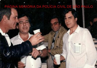 """Equipe """"A"""" do Homicídios, em comemoração ao prêmio: """"Troféu Laudelino de Abreu"""", em 1986. À partir da esquerda, Investigadores João Osni, Jose Dionísio Altue """"in memoriam"""", Luiz Zampollo e o Escrivão Armando Fragnan. https://www.facebook.com/MemoriaDaPoliciaCivilDoEstadoDeSaoPaulo/photos/a.693519097437331.1073741891.282332015222710/1156298461159390/?type=3&theater"""