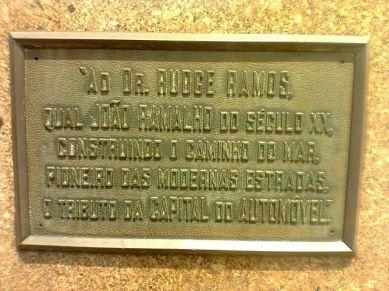 Monumento em homenagem ao Delegado de Polícia Rudge Ramos, responsável pela restauração da Estrada do Mar, São Paulo/Santos, na década de 20