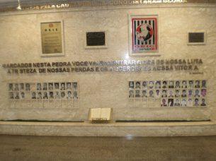 Memorial de Policiais Civis do DEIC mortos em serviço no cumprimento do dever, no Hall de entrada do Departamento. (enviado por Lia Grossi).