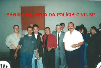 Década de 90, em primeiro plano, à partir da esquerda, o jornalista Hélvio Borelli; barbeiro e organizador de eventos esportivos Luizinho; Delegado Emílio Françolin; o saudoso Investigador Mineirinho; advogado criminalista Luiz Sapiense, que atuou mais de 40 anos na região do Bom Retiro, e Investigador Cypriano R Santos. https://www.facebook.com/MemoriaDaPoliciaCivilDoEstadoDeSaoPaulo/photos/a.1013664612089443.1073741897.282332015222710/444138849042025/?type=3&theater