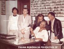 """Delegacia de Crimes Contra a Fé Pública da DIG- DEIC, em 1.976. A partir da esquerda, Investigadores Pedro Izauro """"Pedrinho Perú ou Bozó"""", Rocco, Jonas Filho e Monteiro """"Monteirinho. Sentado, o lendário Chefe Antônio Fortunato Danielli """"Daniel Zebú"""", à época na Delegacia de Estelionato. https://www.facebook.com/MemoriaDaPoliciaCivilDoEstadoDeSaoPaulo/photos/a.1013664612089443.1073741897.282332015222710/422548491201061/?type=3&theater"""