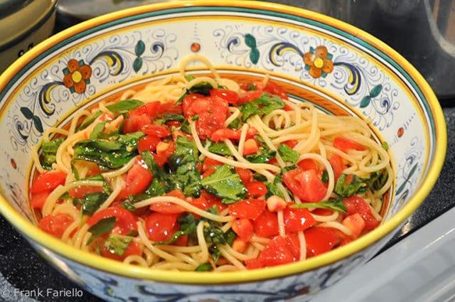 Spaghetti con pomodoro crudo (Spaghetti with Fresh Tomatoes)