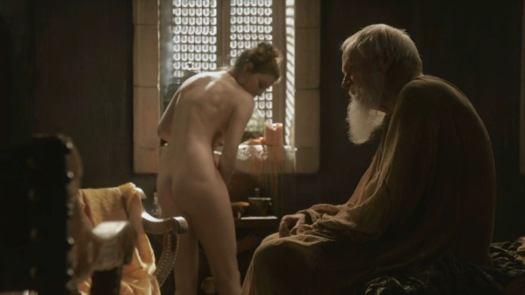 Ros (Esme Bianco) dressing up near Grand Maester Pycelle (Julian Glover) S1E