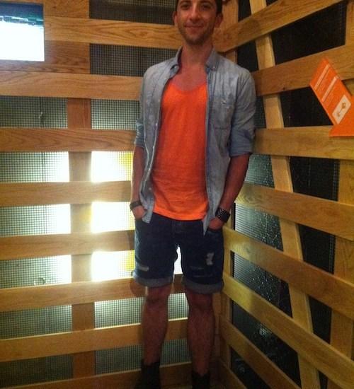 Cooler Street Look bestehend auch Jeans Shorts, Jeanshemd und einem neonfarbenen Rundhalsshirtl