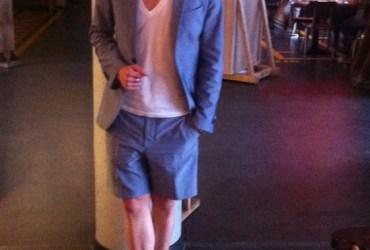 Im Sommer könnte es auch mal ein Business Outfit mit einer kurzen Anzughose sein. Jetzt Anzug mit Sakko und kurzer Hose anschauen.