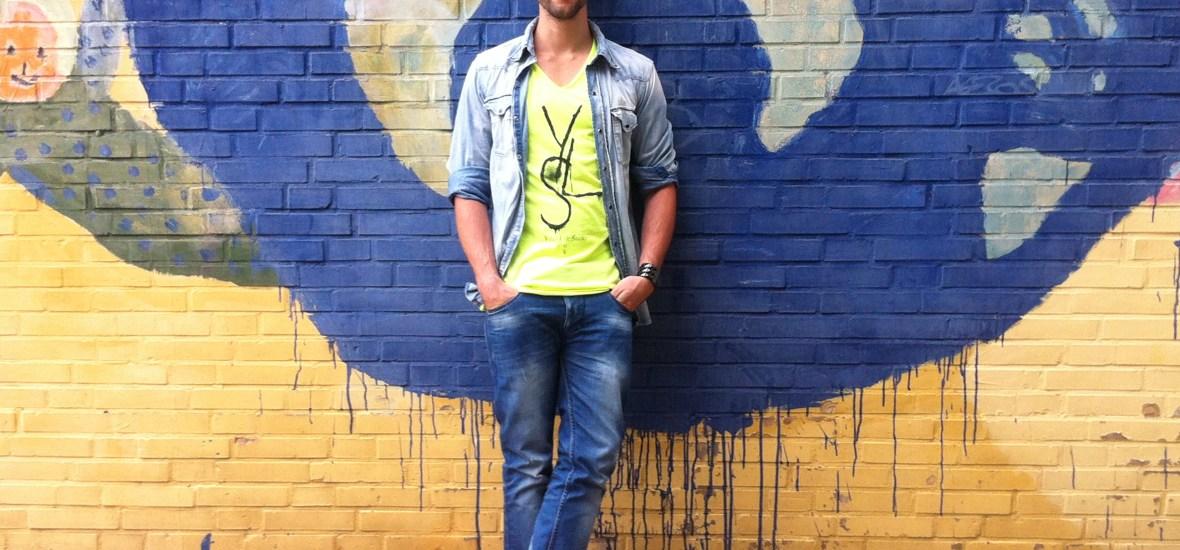 Cooler Street Fashion Look mit coolen neaonfarbenen Nike Air Max 90 und einem freshen V-Neck Shirt von Boom Bap.