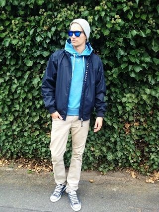 Cooler Street Look mit einer lässigen blauen Jacke und einer beigen Chino.