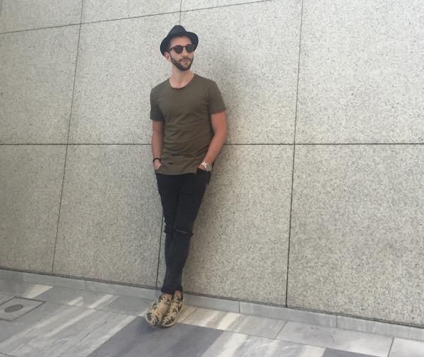 Lässiges Sommer Outfit mit einem longshirt in khaki und nike sneakern in camouflage