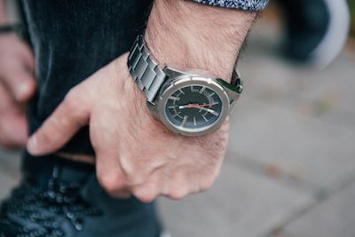 Stylische Diesel Herrenuhr RASP aus grauen Edelstahl. Perfekt für jeden Mann ob im Business Bereich oder für einen Street Look.