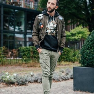 Coole Herren Bomberjacke mit Patches von Alpha Industries. Perfekt für jeden Herren Military Look.