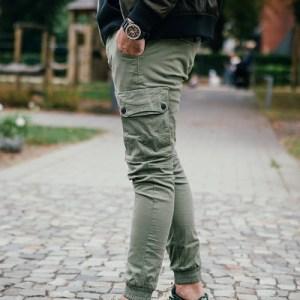 Stylische khaki-grüne Cargohose von Jack & Jones. Angesagte Military Hose passend für jeden Herren Street Look.