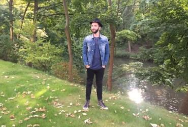 Angesagter Herbst Look bestehend aus einer Herren Jeansjacke und coolen High Top Sneaker in grau. Mehr Street Looks auf Meneleven.