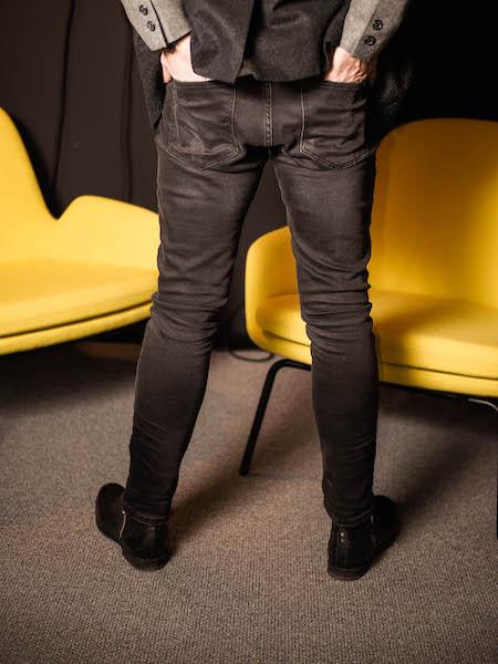 Diese schwarze Röhrenjeans von Replay ergänzt jeden Business Casual Look.