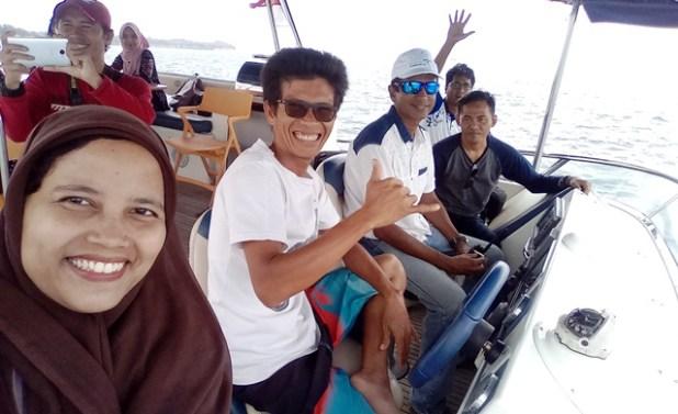 Wefie bersama Tim Blogger Kepri, Prakash (pakai topi) dan kru kapal (barisan depan). Foto by menixnews.com