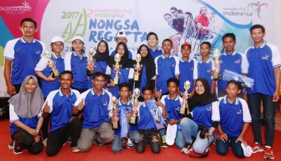 "Foto bersama para pemenang ""2nd Wonderful Indonesia Nongsa Regatta 2017"". Foto by NPM"