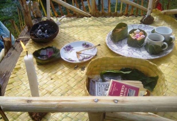 Sesajen saat ritual doa Suku Mah Meri. Foto by menixnews.com