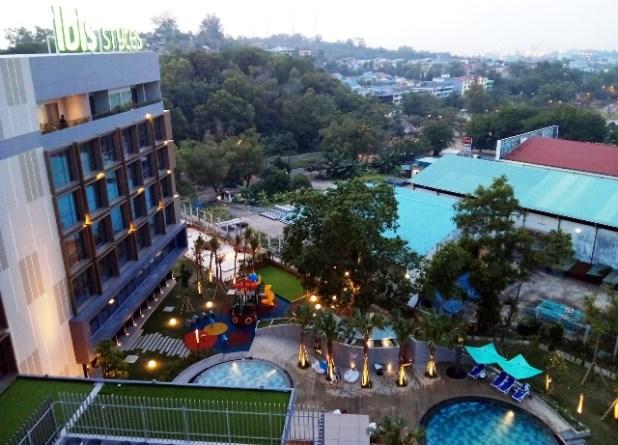 Pemandangan kolam renang dewasa dan anak dari rooftop Ibis Style Hotel Batam. Foto by menixnews.com