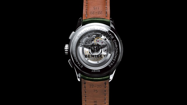 腕錶的透明後底蓋,也刻有賓利的金屬標誌。
