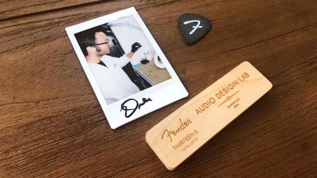 附上一張相關生產人員的即影即有,與及 Fender 結他 pick 及木牌,上面刻有編號及品牌字樣