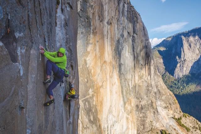 Patagonia R1 多年來備受專業攀山者推崇,其中傳奇登山者 Tommy Caldwell 於 2015 年,以自由攀登的方式完攀被喻為「世上最難大岩壁」的加州 Dawn Wall(黎明之牆),為世上創下歷史紀錄一刻時,就是穿着 R1 外套。