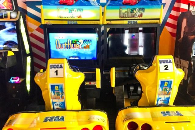 卡薩布蘭卡沒有太多街機店舖,反而找到一間像《冒險樂園》的遊戲場,圖中的是經典街機《OutRun 2 SP》。