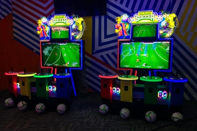 這個遊戲是當年曾在香港流行一時的「體感踢足球」遊戲機,亦曾流傳有人踢斷腳板(因為下方的足球感應器確實有點硬)。