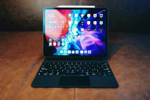 全新 iPad Pro 有 11 吋及 12.9 吋型號,定價由 HKD6,399 及 HKD7,999 起,精妙鍵盤亦已經上架,同樣分成 11 吋及 12.9 吋型號,定價各為HK$2,299(11吋)及HK$2,699(12.9吋)