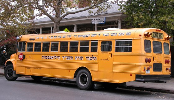 Skolebus med hebræisk skrift. Det jødiske kvarter i Brooklin, New York.