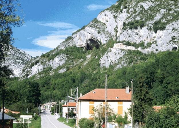 Niaux-grotten set fra vejen i Niaux