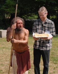 150-årsfødselsdagen, der blev fejret i Neandertal, juli 2006 (Ralf Schmidt, der for få år siden genopdagede det oprindelige fundsted, står med fødselsdagskagen) (Ralf Schmidt, der for få år siden genopdagede det oprindelige fundsted, står med fødselsdagskagen)