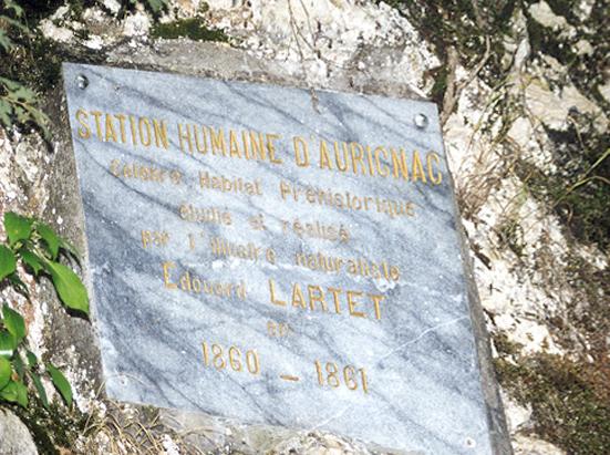 Skiltet markerer Lartets undersøgelser af grotten