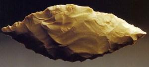 Laurbladsformet redskab - varemærket for Solutréen-kulturen - fra museet
