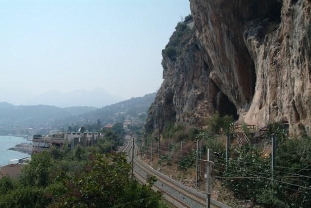 Grimaldi-hulerne, Menton ses i baggrunden
