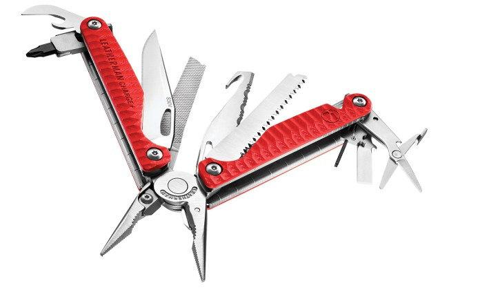 De Leatherman Charge Plus Red mulitool in opvallend signaalrood