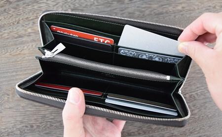 カヴァレオ・シンバ カードポケットからカードを取り出す写真