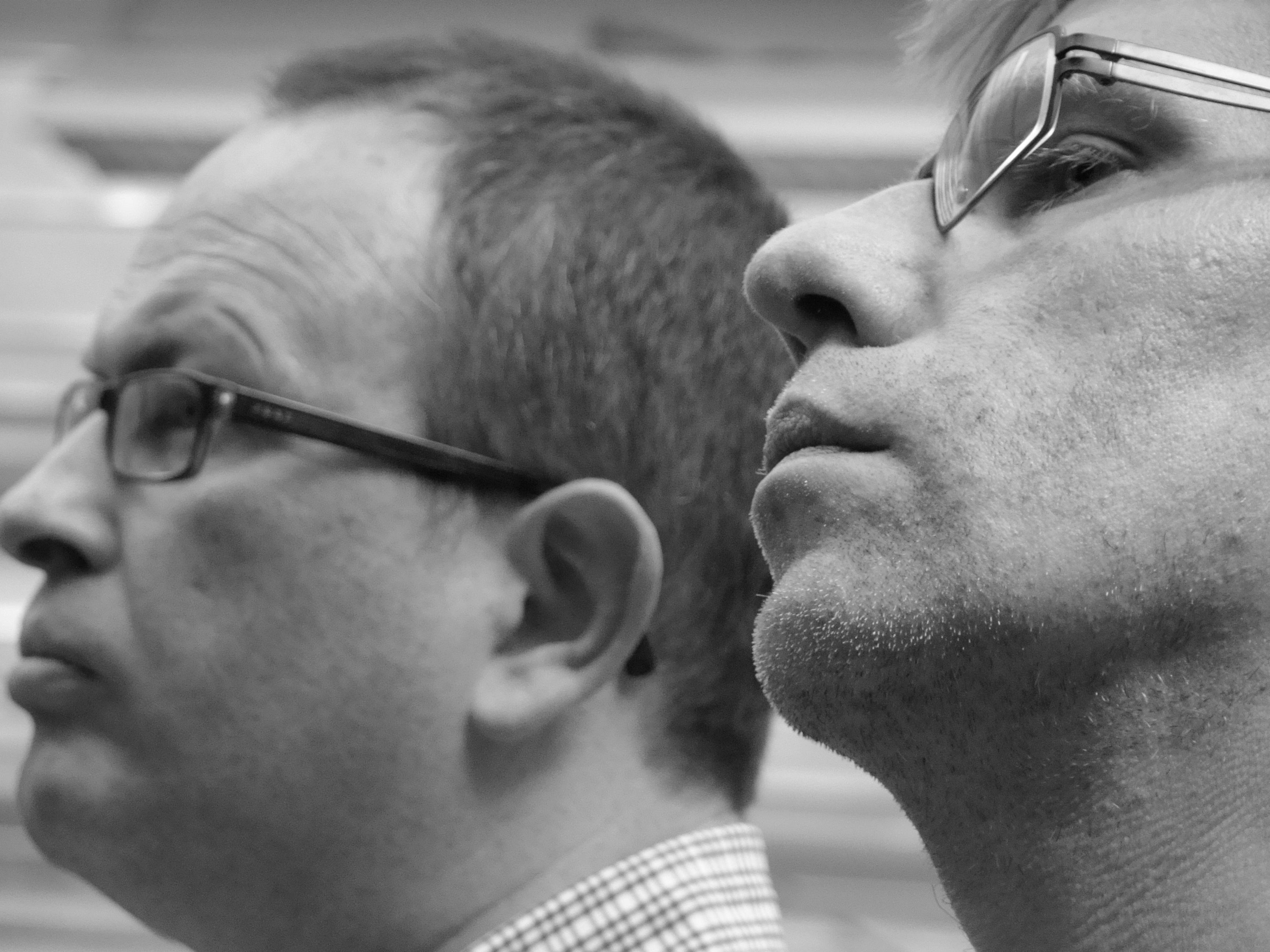 Johan Corthouts (l.) en Filip Rogiers zien met lede ogen aan hoe hun geliefde krant langzaam de nek wordt omgewrongen door een vilein duo.