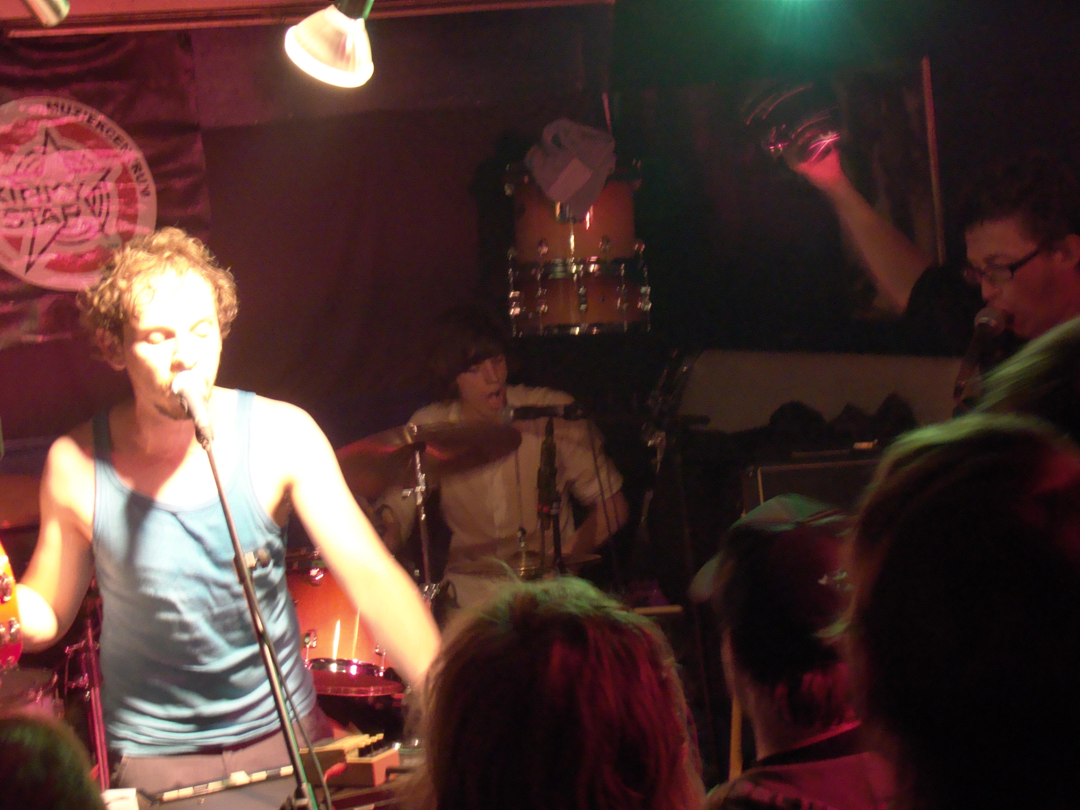 Rockgroep The Germans speelt een potige set in de Kinky Star. Dankzij de gespierde rock van het viertal blijft schrijver deze bij bewustzijn.