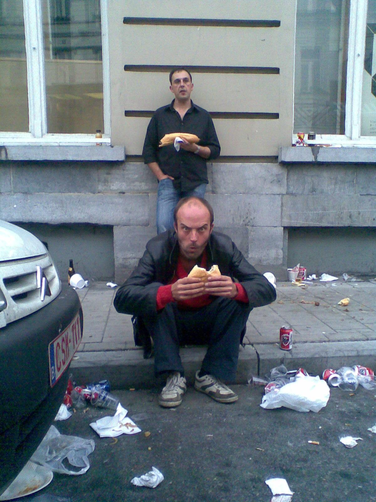 Jan Vandecasteele, zanger van de Gentse band Kartasan, wordt belaagd door een paparazzo als hij een broodje vettigheid door zijn molen draait.