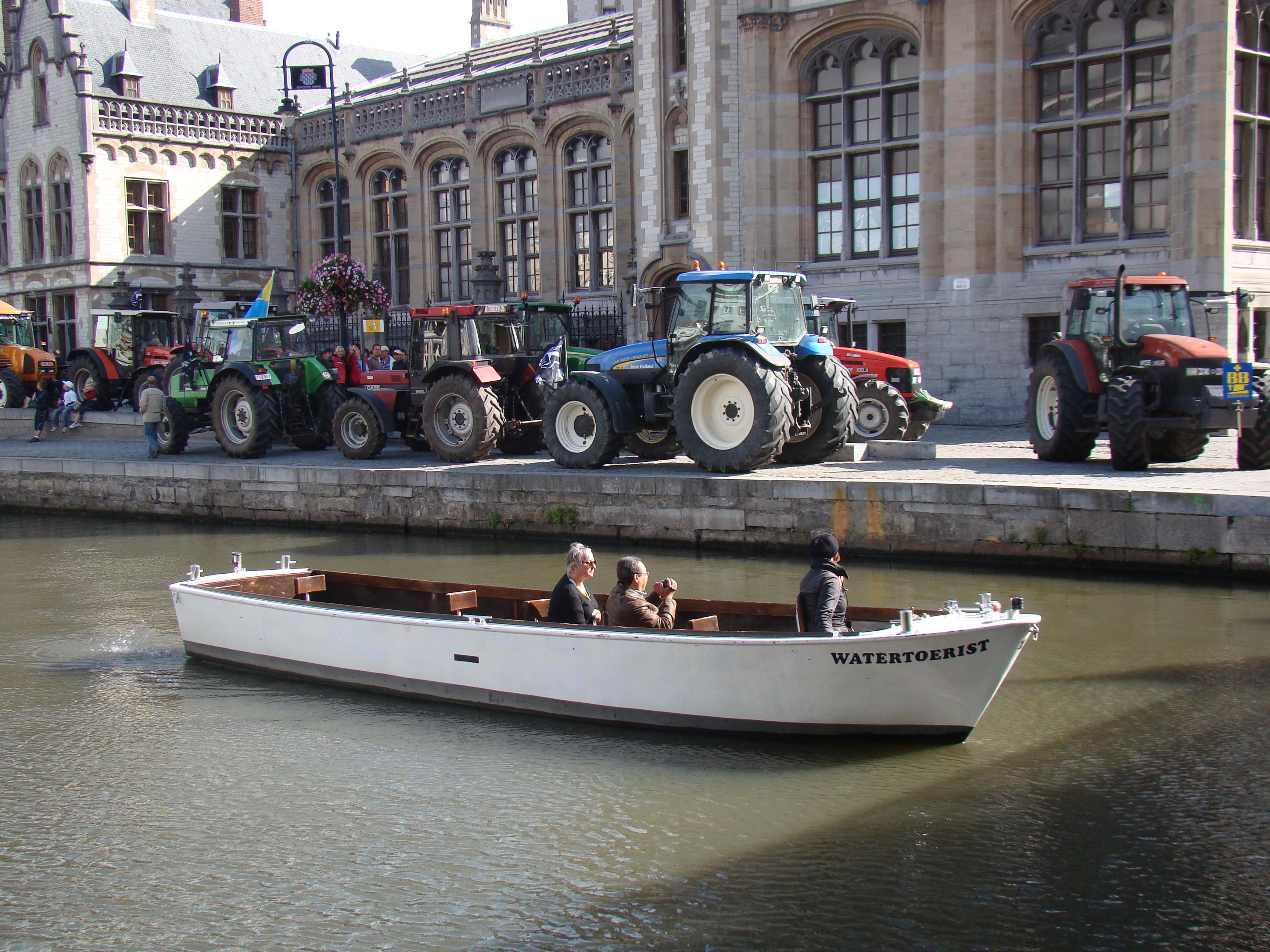 Hele horden toeristen nemen hun toevlucht tot de Bootjes van Gent om uit de klauwen van de boeren te blijven.