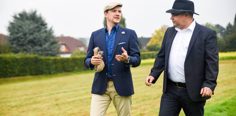 Employer Branding Experten Jan und Oliver im Gespräch beim Spaziergang